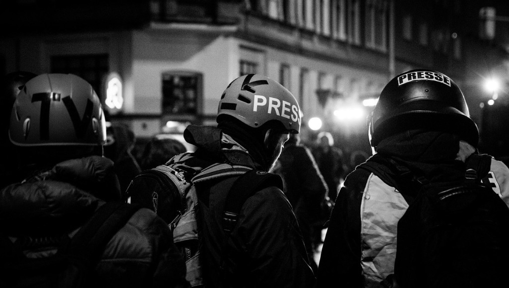 Journalisten mit Schutzhelmen während den Krawallen in Leipzig, Dezember 2015 (Foto: Sergey Sivushkin)