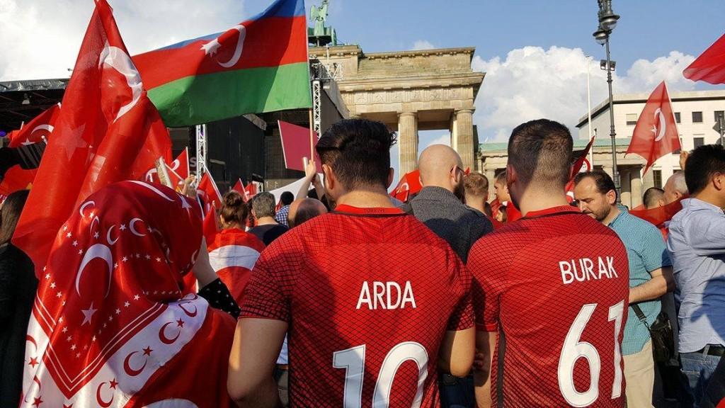 seinsart | Türkische Demonstranten vor dem Brandenburger Tor